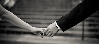 Muškarac i žena drže se za ruke